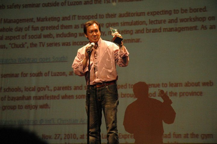 Sonnie Santos receiving the Best In Blog Advocacy Award on 2010